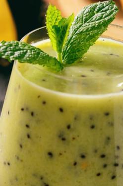 Smoothie vert : kiwi, banane, cacahuètes et spiruline