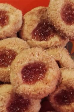 Thumbprint (« empreintes ») cookie – amande et confiture à la fraise naturéO