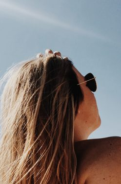 Routine naturelle d'été pour protéger ses cheveux