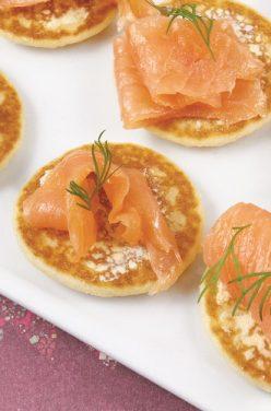 Mini Blinis au saumon sur sa fondue de poireaux