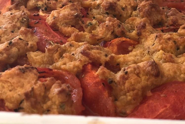 Crumble à la tomate et aux biscuits salés au comté